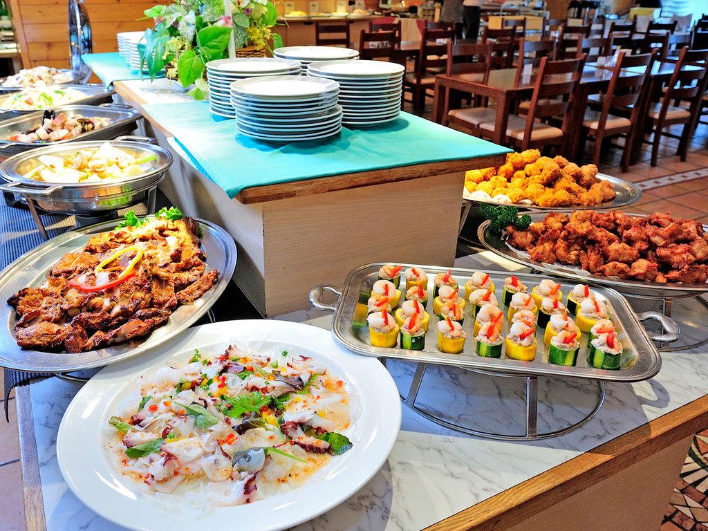 料理長の創作料理を含む全約45品をお楽しみいただけるビュッフェ。