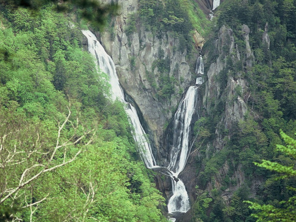5年ぶりに開通!道内最大の落差270メートルを誇り、 「日本の滝百選」にも選ばれた、天人峡温泉・羽衣の滝