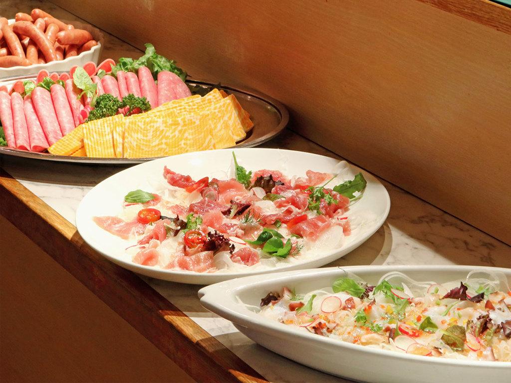【夕食一例】料理長の創作料理を含む和洋メニューが並びます