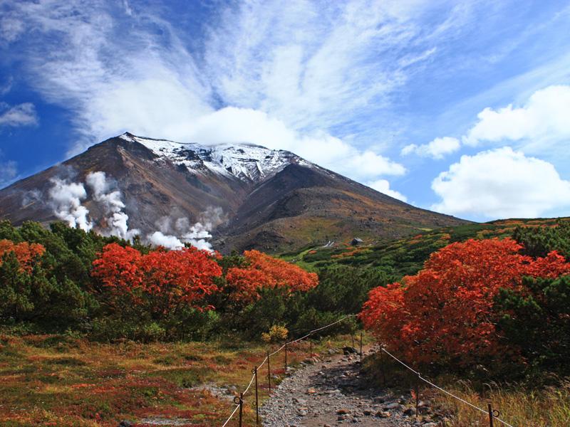9下旬頃から10月中旬頃まで、紅葉と雪景色のコントラストを楽しめます