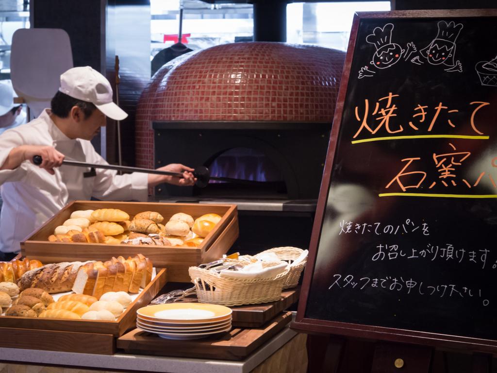 <ご朝食>キッチンに備え付けの石釜で仕上げるパンが大人気!