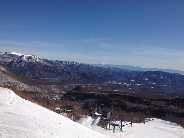 山々が白くなる冬の草津をお楽しみください。