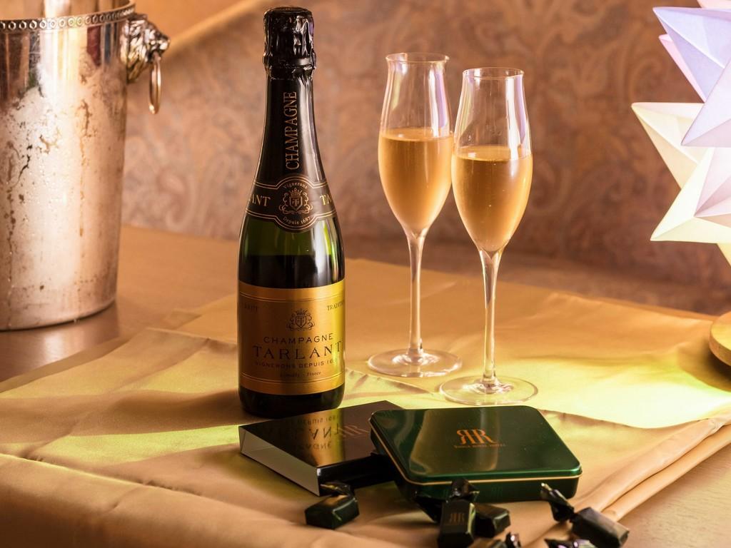お部屋にソムリエが選んだシャンパンと、リーガロイヤルホテルのチョコレートをご用意いたします