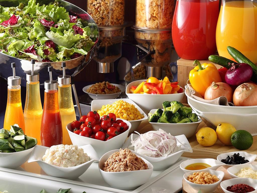 ホテルオリジナルドレッシングで食べるサラダ