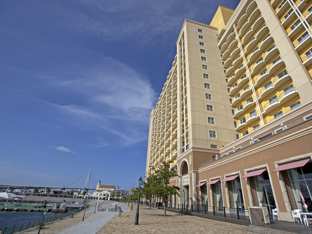 ホテル横の川沿いには広々とした遊歩道が。朝の散歩にオススメです。