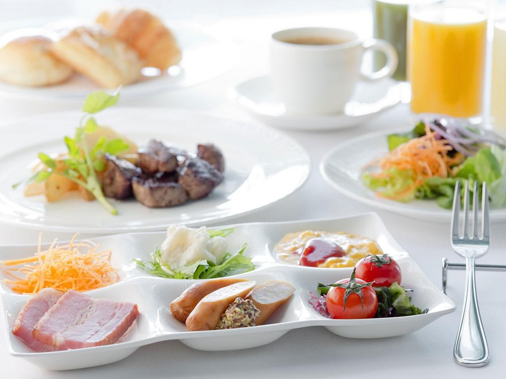 洋食派も大満足!厚切りベーコンやサラダなど、洋食派にうれしいラインナップ