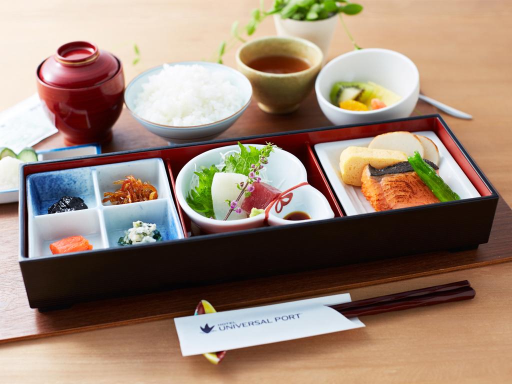 ラウンジRの和朝食は、香ばしく焼き上げた鮭やお造り、お惣菜にお味噌汁など、ほっと落ち着く優しい味。