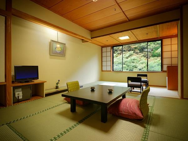 ■一般客室■目の前には渓谷、眼下には『湯川』のせせらぎ。会津の美しい四季を感じるのも旅の醍醐味♪