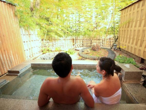 貸切露天風呂は源泉掛け流し。お二人だけのひと時を。