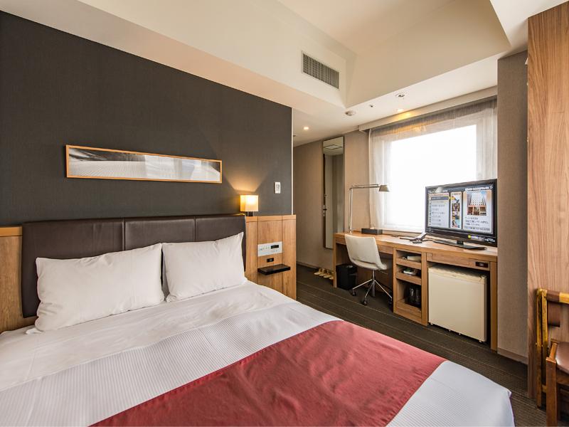 【ダブルルーム】 シックな照明と広いベッドでリラックス♪替え枕をご用意しております。お好みに合わせてご利用ください。