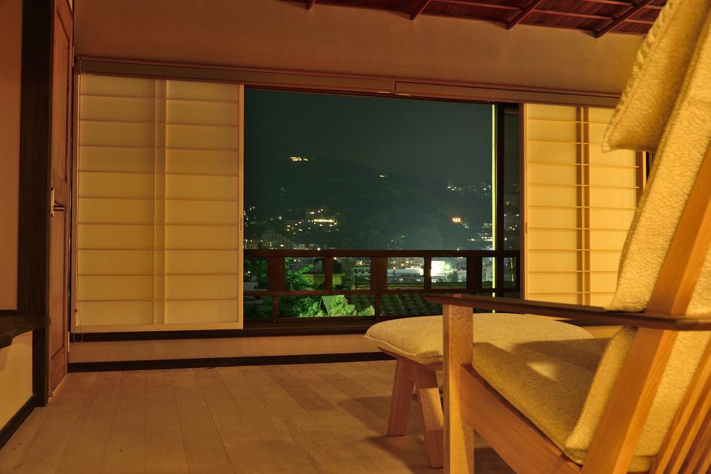 【2Fリビングからは熱海の夜景と熱海名物花火をお楽しみ頂けます】