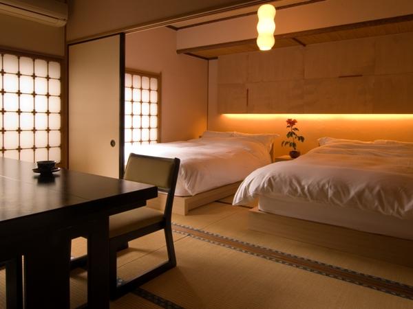 次の間にベッドあるお部屋です