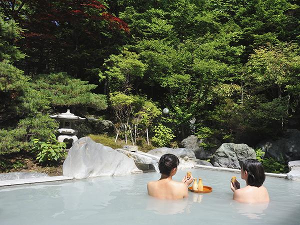 【露天風呂での一杯は格別!】
