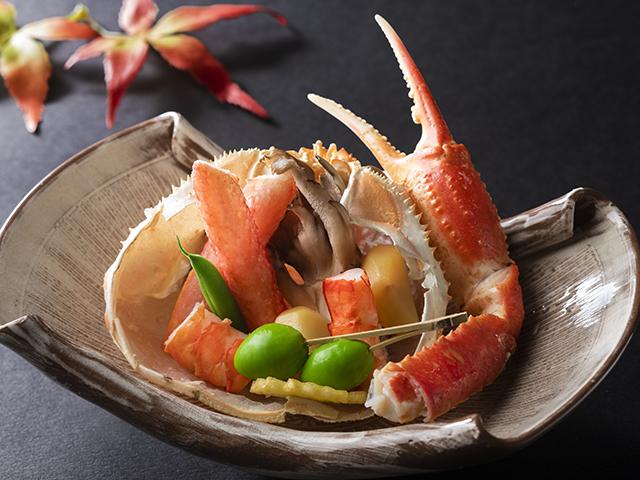 ずわい蟹吹き寄せ焼き〜合せ味噌で味付けした蟹身を秋風に吹き寄せられた葉のように季節の野菜が囲みます〜