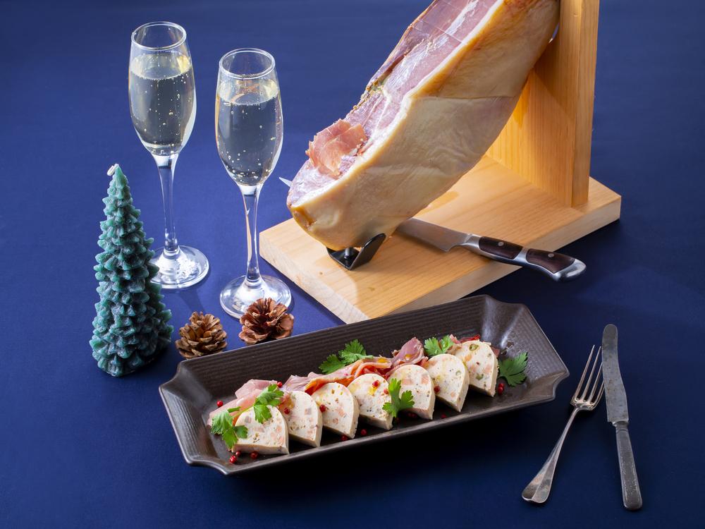 ハモンセラーノと北海道産鮭のテリーヌは、ワインとの相性が抜群です