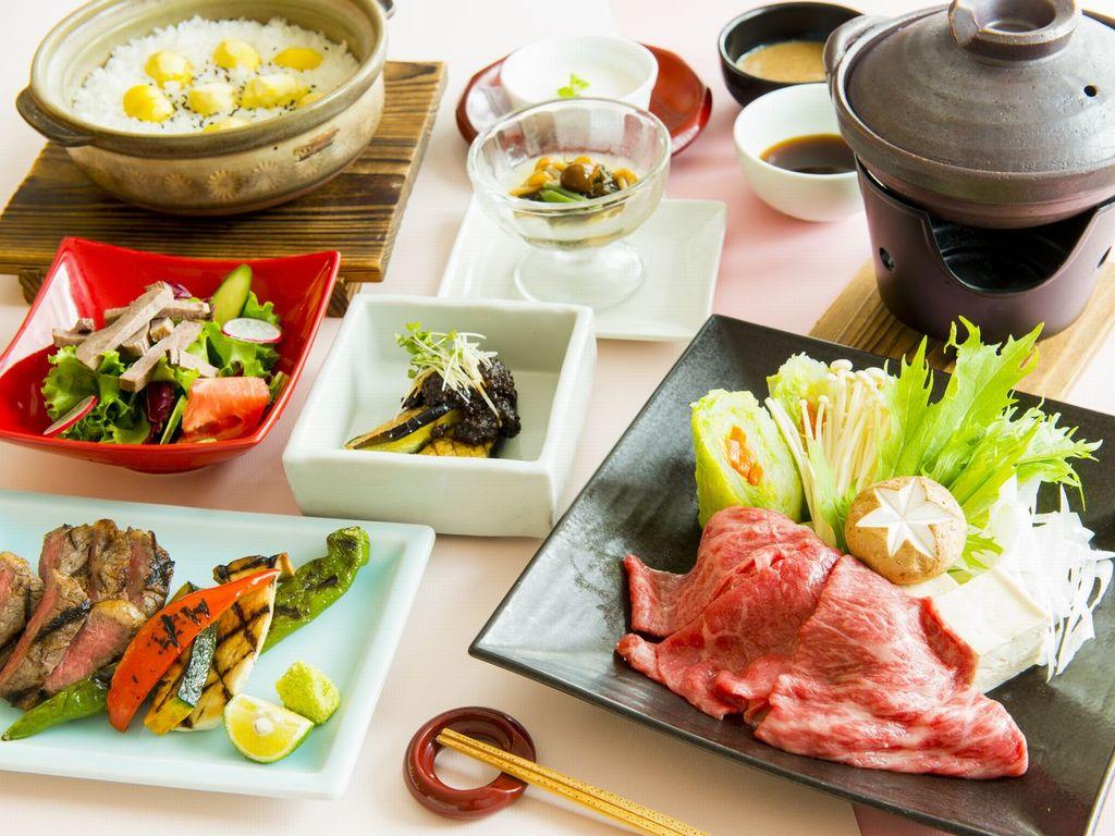 夕食・・・牛づくしコース(一例) 牛しゃぶやステーキなど・・・お肉好きにはたまらない!
