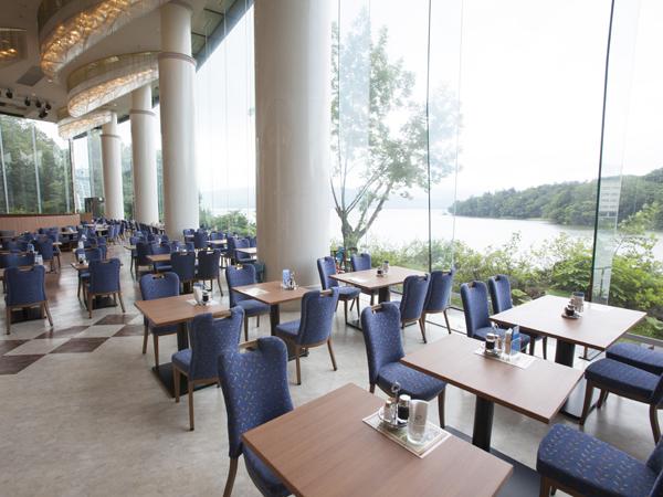 【レストラン フェリシェ】椅子・テーブルも新調しテーブルも木目調で落ち着いた雰囲気です。