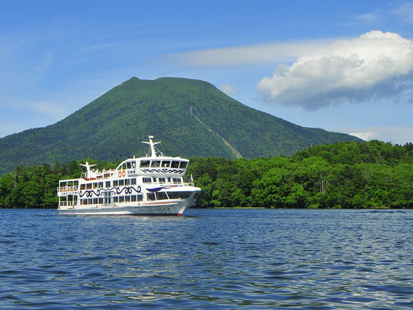 【遊覧船】マリモを育む神秘の湖阿寒湖を楽しむ遊覧船。特別天然記念物のマリモ展示観察センターや景勝地を巡る。