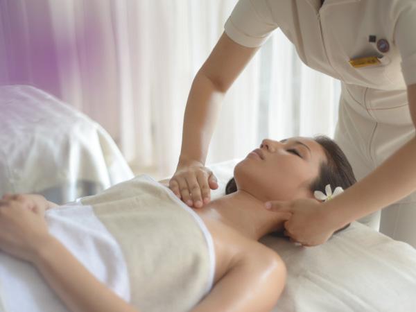ナチュラルでピュアなアロマエッセンスとフィトアイテムで心身を リラックスさせ、肌本来の力を引き出すアロマスキンケア