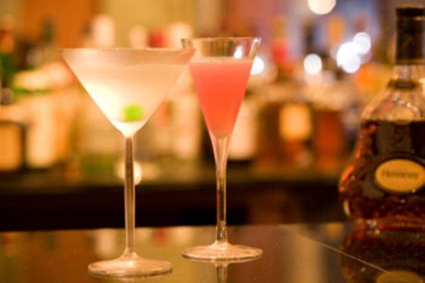 バーではお好みのカクテルを。(18時〜24時営業)