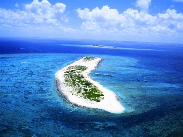 ホテル1階・泊港から約20分で行ける美しい無人島「ナガンヌ島」