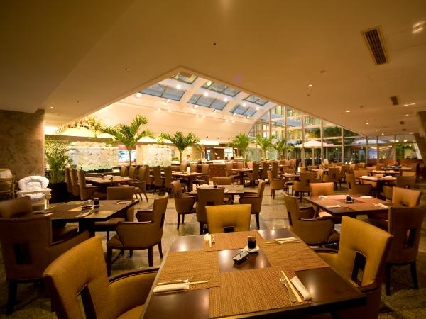 グループやお子様連れのお客様にもゆったりとご利用いただける広々としたレストランです。