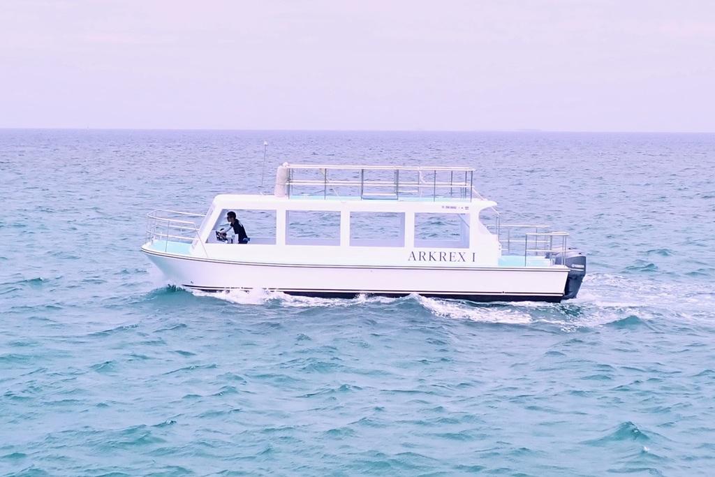 ホテル横の泊港から発着の40分の海底観光遊覧船。●出航時間:9時〜16時(1日8便)●定員26名●所要時間:約40分