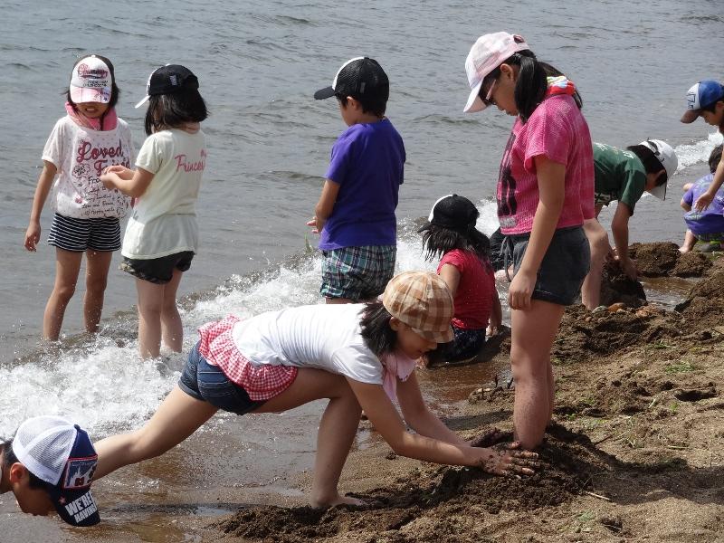 湖畔で遊ぶ子供達