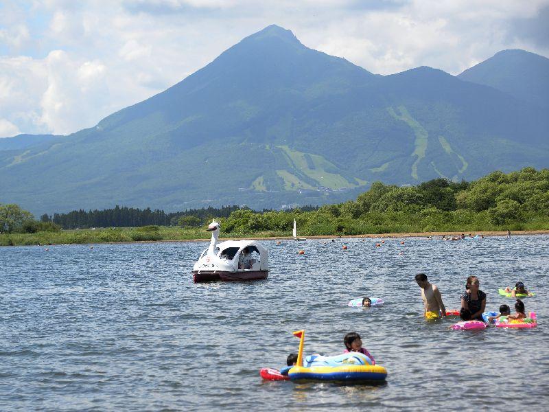 猪苗代湖とペダルボート