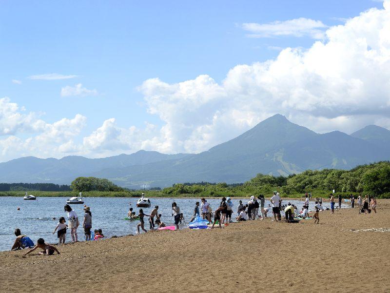夏の志田浜と会津磐梯山