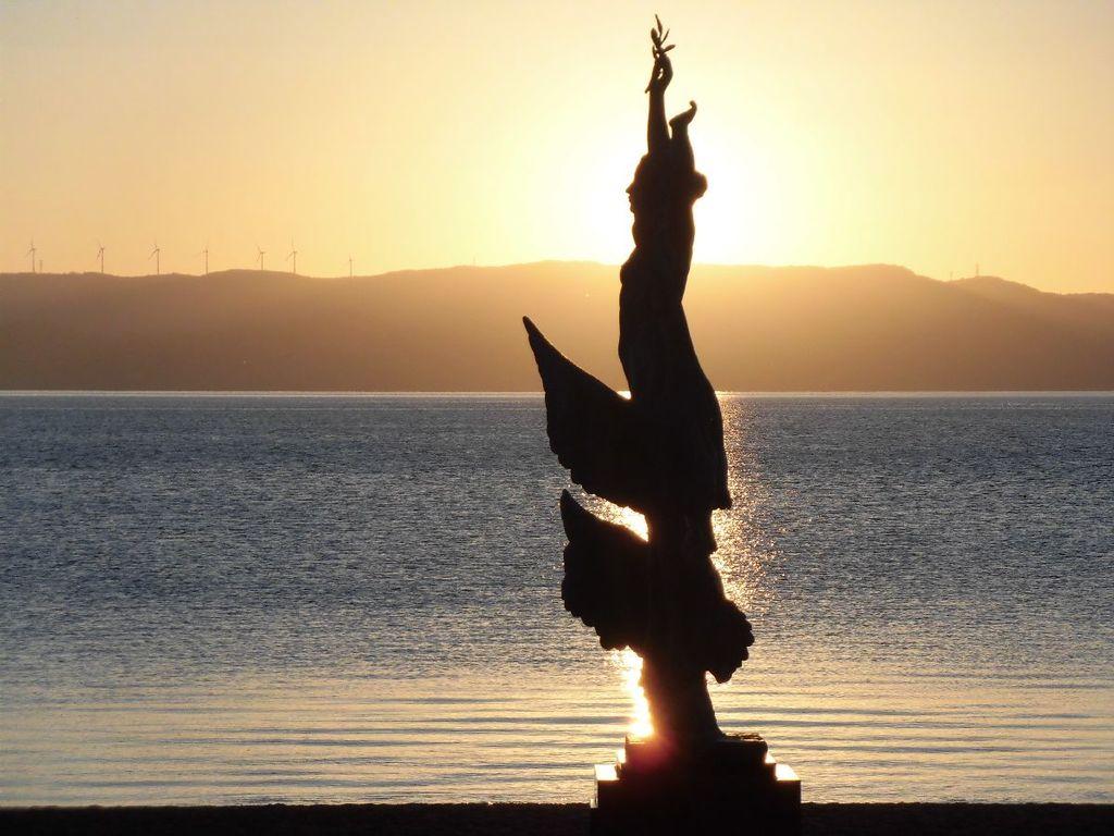 夕陽に映しだされる乙女の像