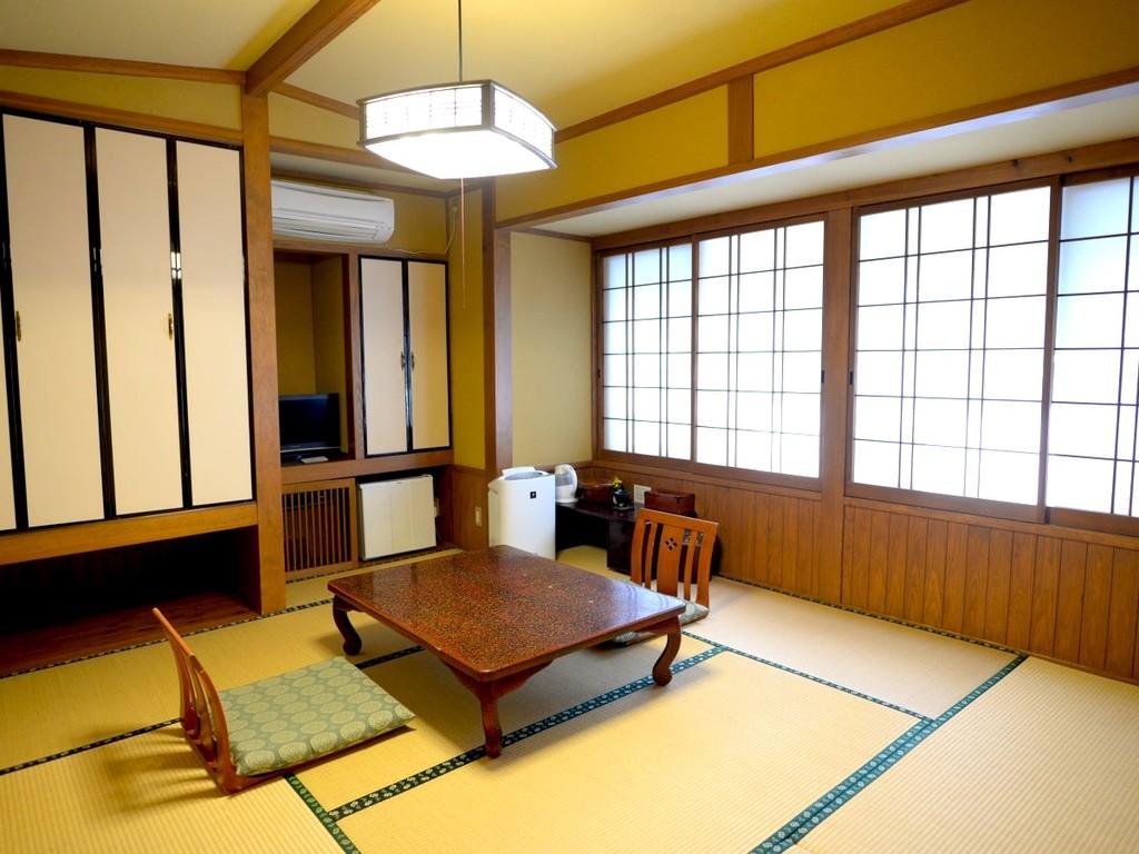 7.5畳の和室。狭いですが、その分映画見放題&川沿いです♪