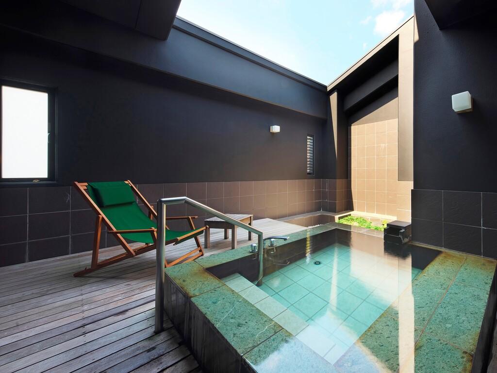 露天風呂付き和室「山吹」の専用露天風呂