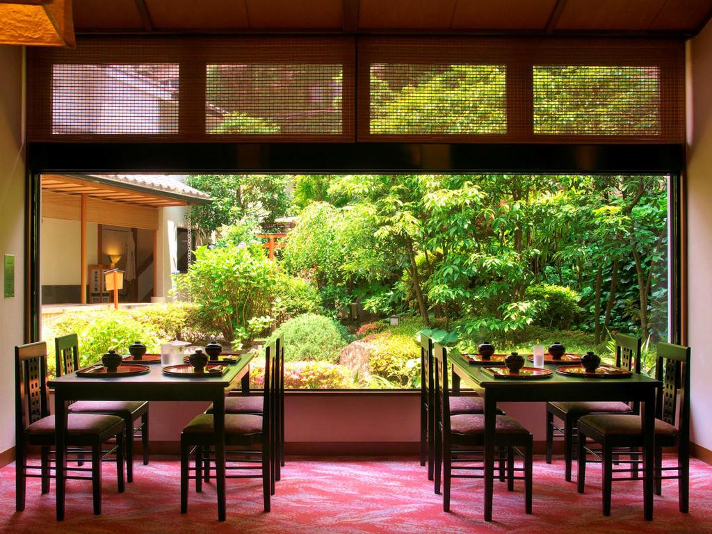 中庭に面したお食事処(レストラン)