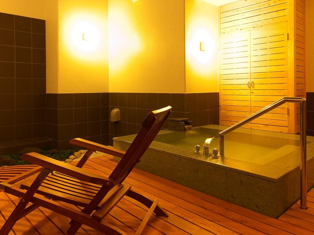 露天風呂付和室「山吹」の専用露天風呂