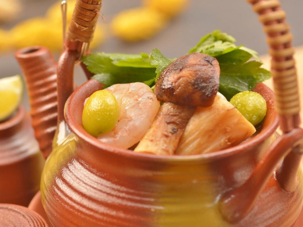 ご夕食の一例(松茸と蛤の土瓶蒸し)