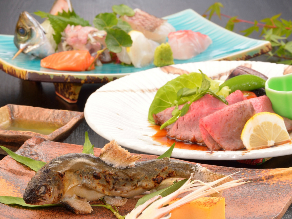 ご夕食イメージ(地魚などお造り盛合せ・鮎の塩焼き・自家製ローストビーフ)