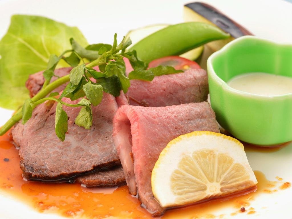 ご夕食の一例(自家製ローストビーフ)