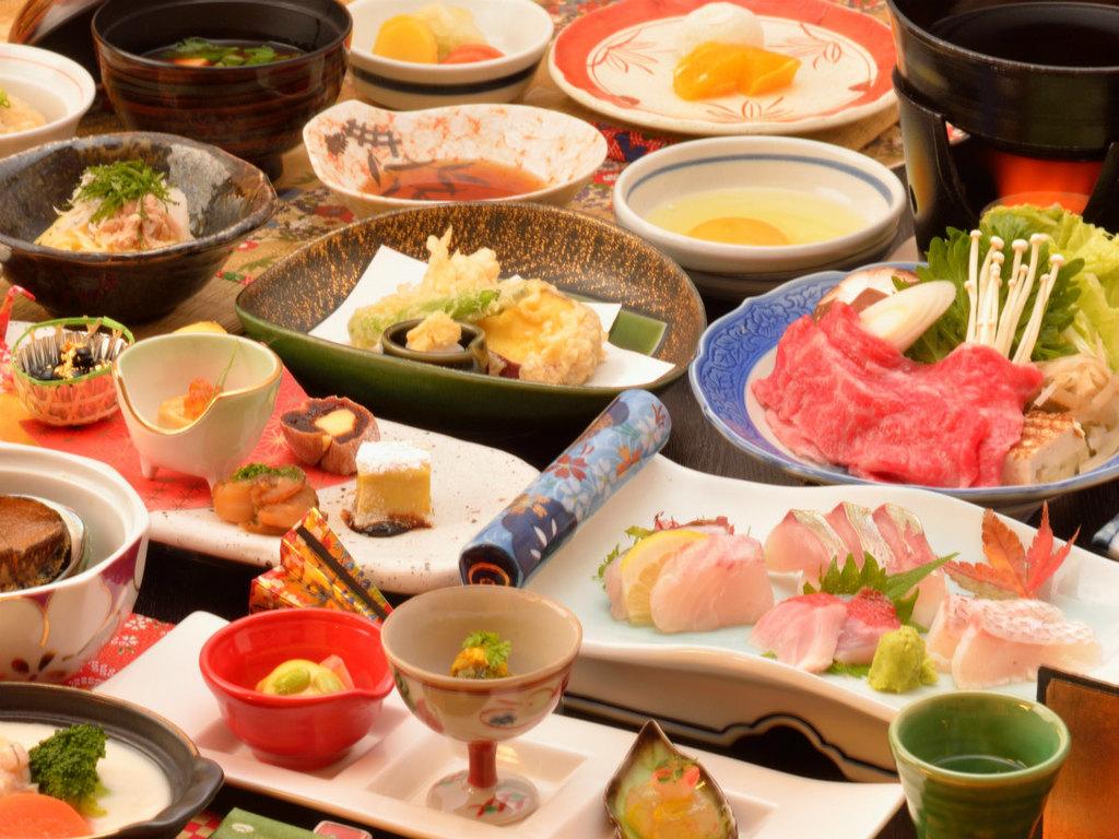 ご夕食の一例(金目鯛を含むお造り4点盛・飛騨牛のすき焼き・特製ロールキャベツシチューなど)