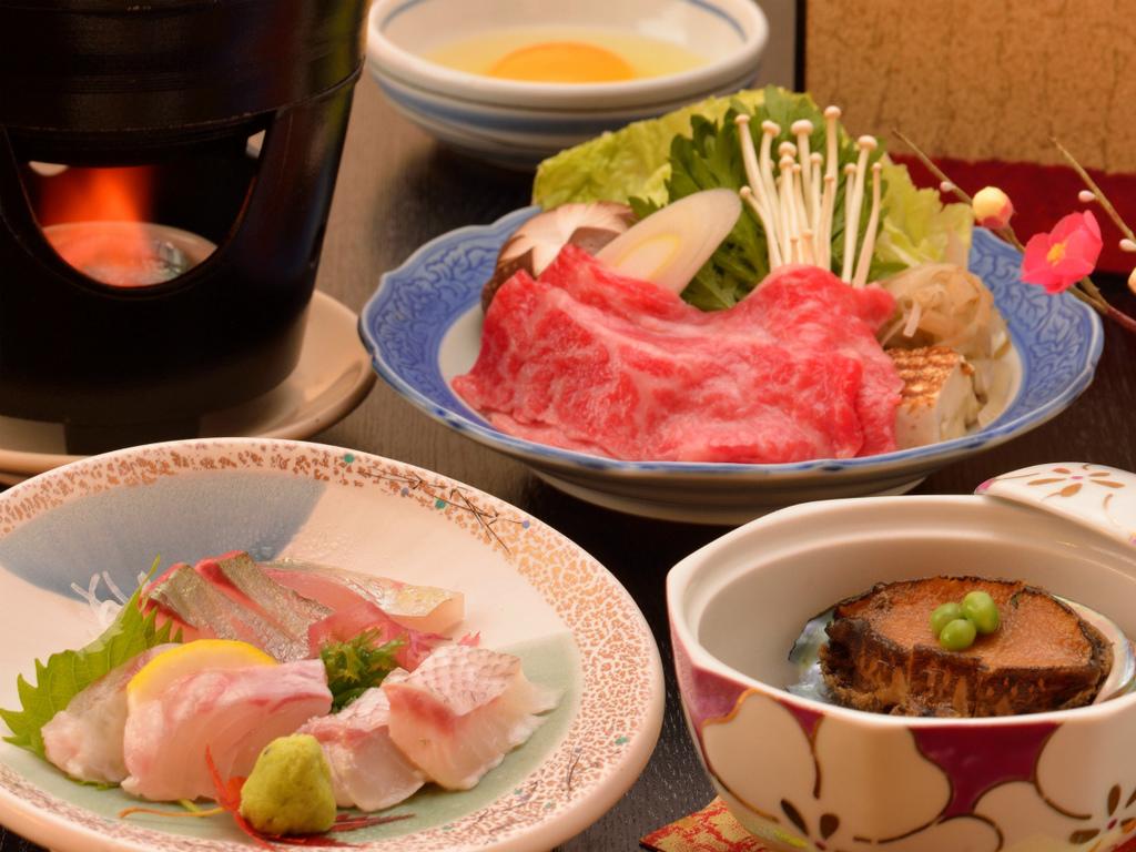 ご夕食イメージ(地魚などのお造り、飛騨牛すき焼き、鮑やわらか煮)