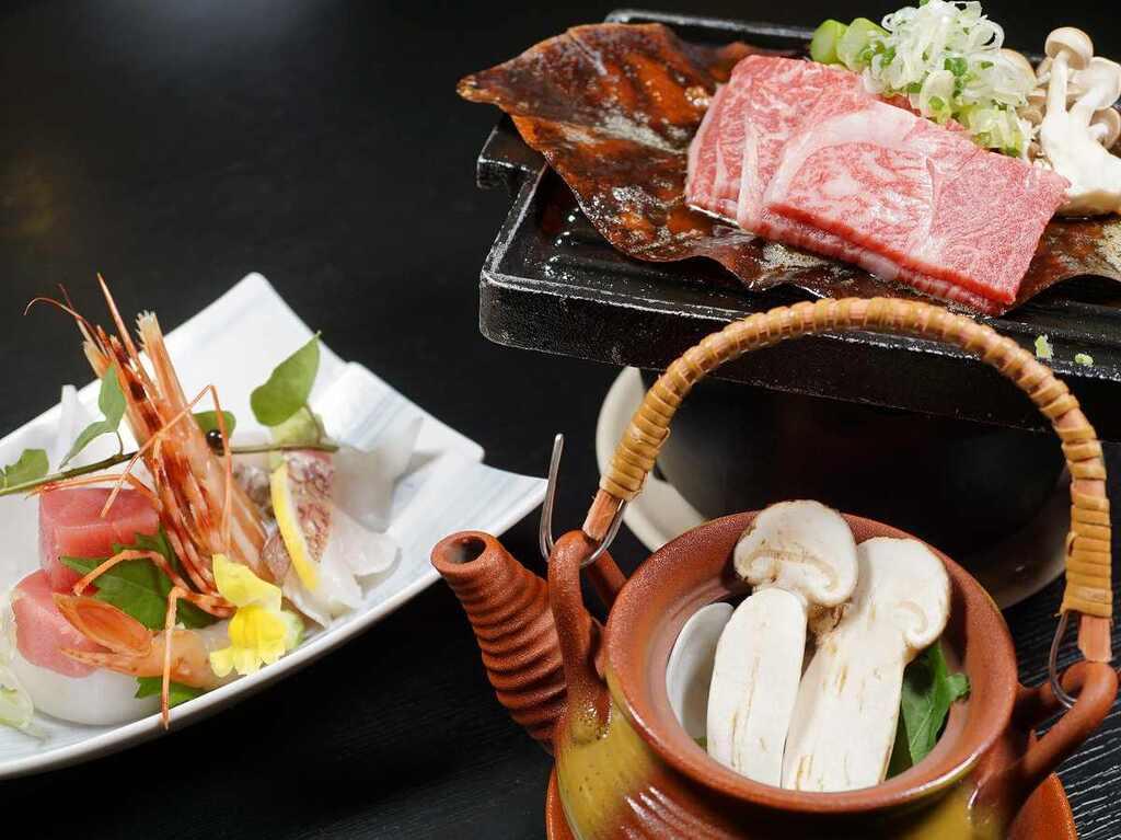 ご夕食イメージ(お造り4点盛、飛騨牛の朴葉焼き、松茸と蛤の土瓶蒸し)