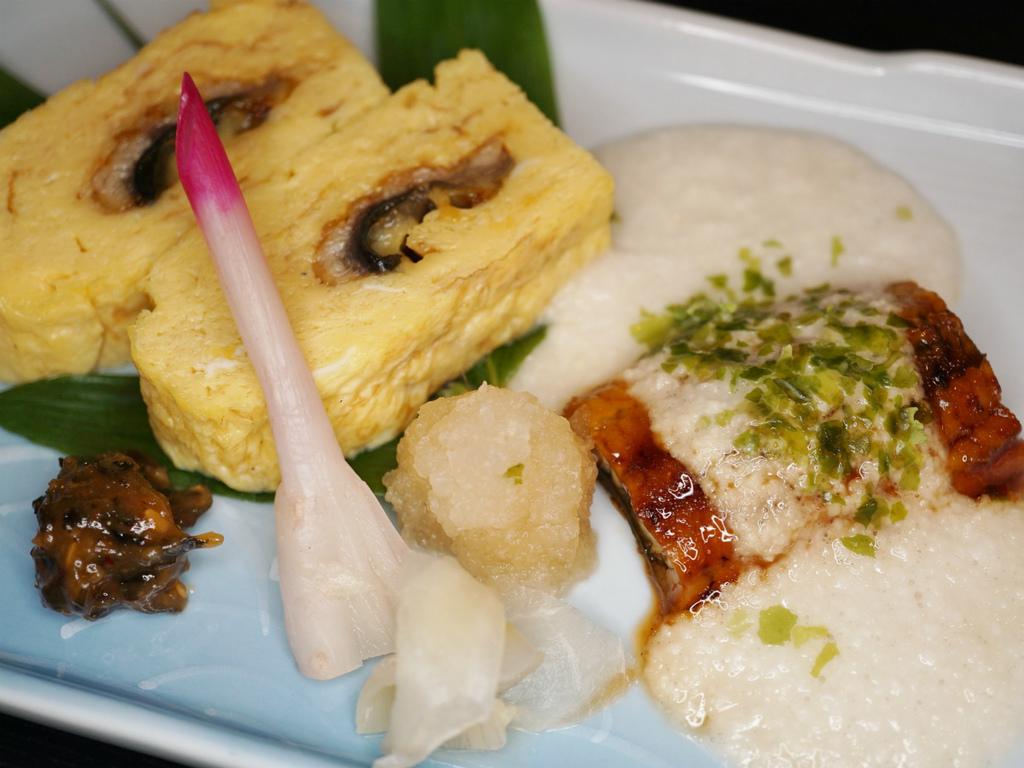 ご夕食の一例(鰻巻き玉子、鰻蒲焼とろろ掛け)