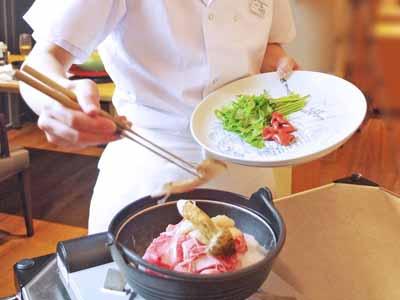 *【夕食一例】客前料理の名物「雲海鍋」次に松茸を添えて