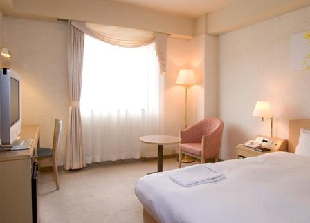 部屋は広々19�u・幅120cmのシモンズ社製セミダブルベッドを導入・ネット無料接続可能
