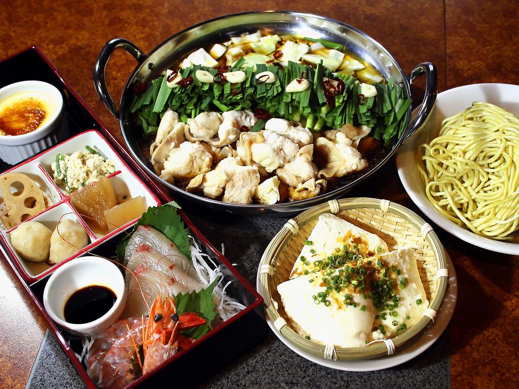 博多もつ鍋 最上級の国産牛の小腸を使用 刺身他3種の御膳に好評のざる豆腐もセット 〆は、自慢のちゃんぽん麺にてご提供