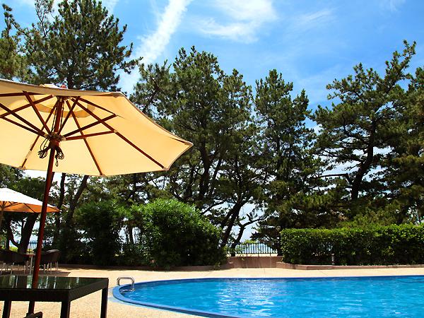 【屋外プール】夏の香りを纏った風を感じながら