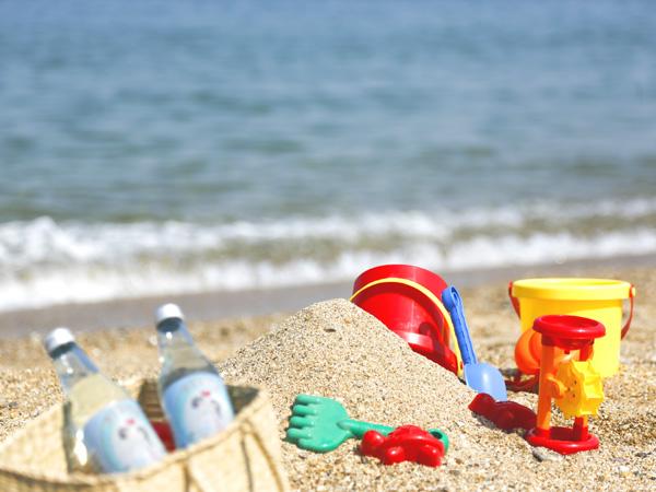 砂遊びセットを持って、目の前に広がる砂浜へ。