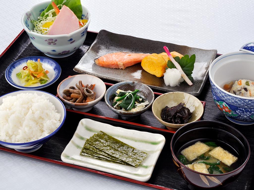 地元産コシヒカリと手作り味噌の朝食。