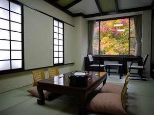 窓の外は紅葉 秋の本館モダン和室
