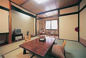 本館和室。畳のお部屋で手足を伸ばして